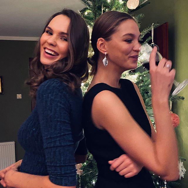 🎄Perfect Christmas pictures don't exist.  @aleksandramikolajczak 🤪🍷