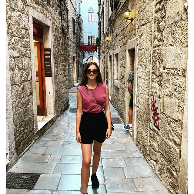 Catwalk for trippers in Split.   #catwalk #turist #croatia Unfailing photographer: @lek_nicram