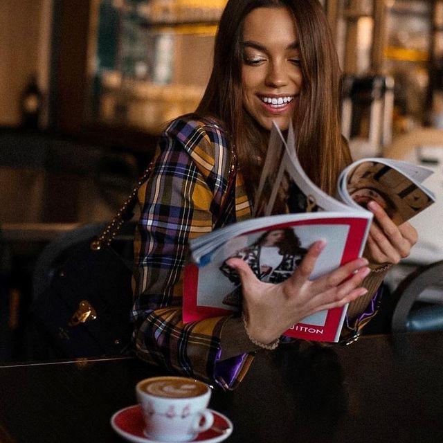 Доброе утро и прекрасной рабочей недели всем🧉 А оно всегда доброе в @coffeemania.ru  ⠀ #coffee #goodmorning #кофемания #moscow #smile #mood #happy #modelmoscow #model #сьемкавстудии