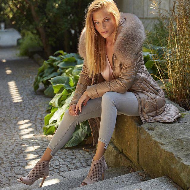 """@fanleather_official 🤍📸 nowa jesienna kolekcja już w sprzedaży ✨ ps. 10% zniżki z kodem """"fantastycznazima"""", kod ważny przez tydzień ✨ #photographer @maciejbernas #makeupandhair @patryknadolny #stylist @milena_bekalarska"""