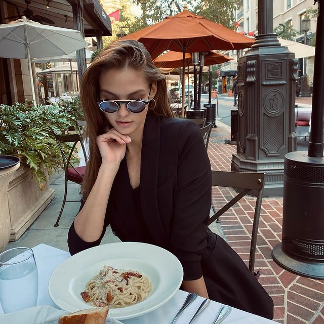 Get yourself someone who looks at you the way I look at carbonara 😍🍝  Thanks @hadideyewear for my new sunnies😍